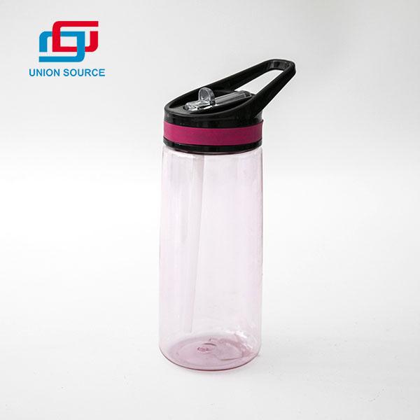 Botella de agua deportiva de plástico reutilizable con pajita para beber en el interior