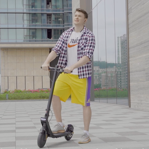 The convenience of folding electric scooter for office workers