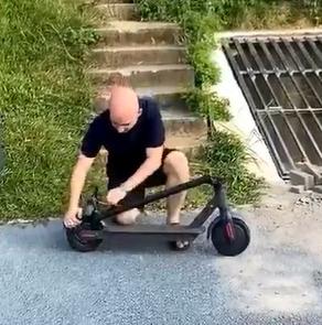 Vă duceți să vedeți utilizarea corectă a scuterelor electrice pliabile