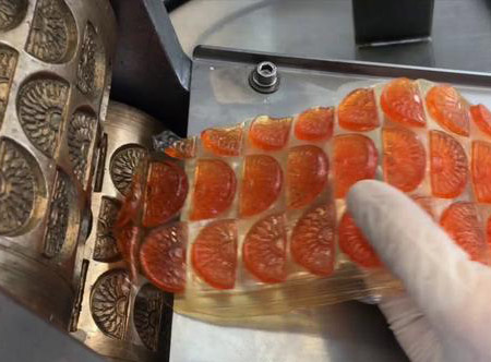 Europe's leading confectioners, one hundred tuo syrup pulled into the machine, a squeeze becomes crystal candy