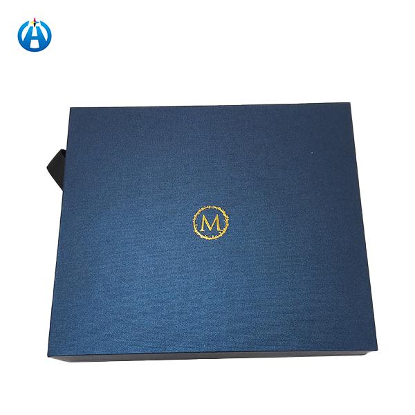 Μπλε πτυσσόμενα κουτιά και κουτιά συσκευασίας σε κουτί