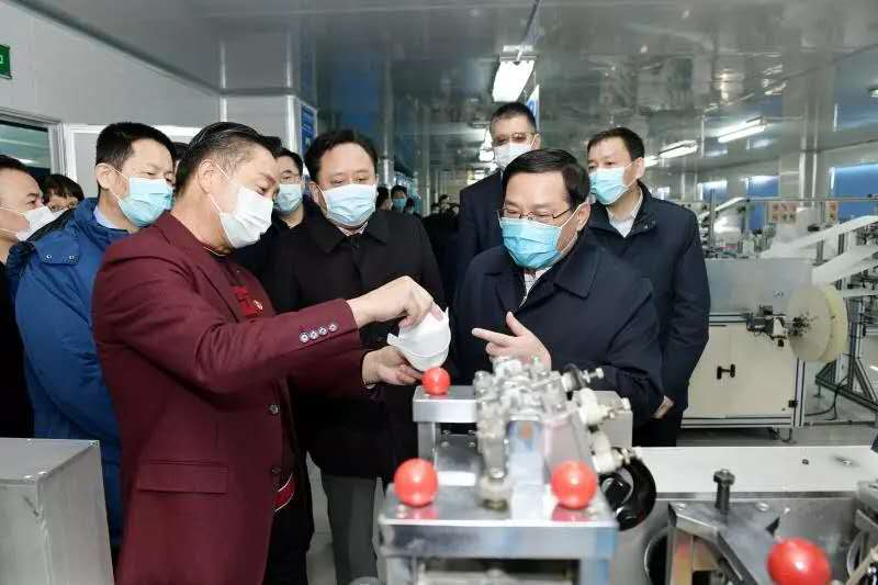 Los líderes del gobierno visitaron la fábrica de maysino muchas veces para inspeccionar la fabricación de máscaras de prevención de epidemias.